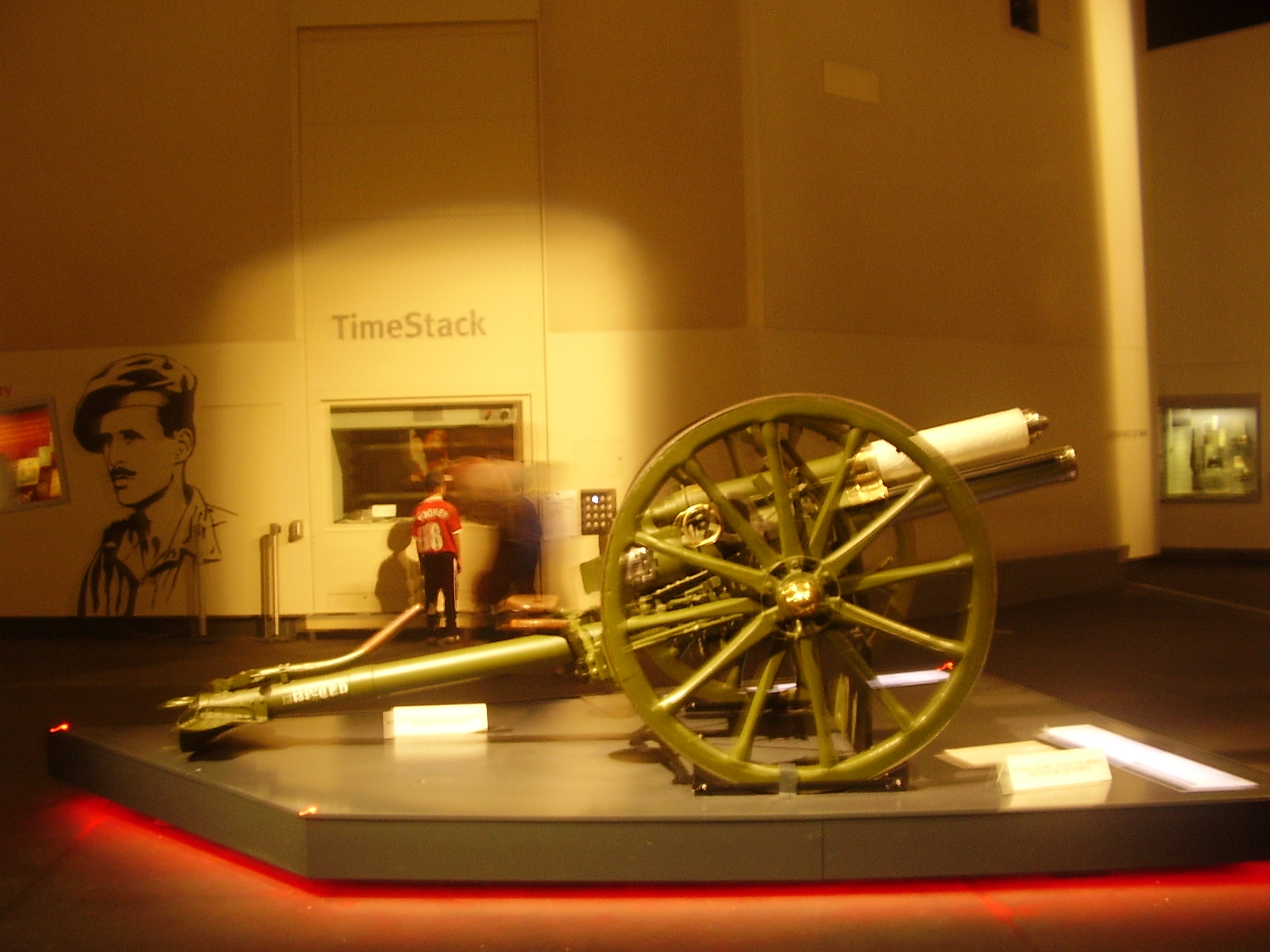 (The photograph : taken at Imperial War Museum, the field gun that fired the first shot of World war I)